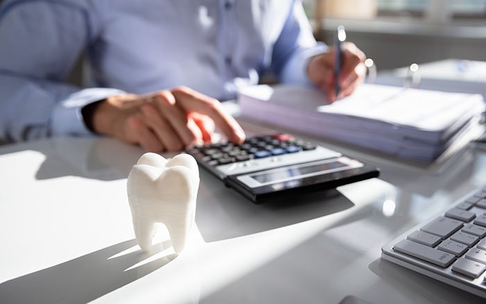 Zahnstein entfernen: Wie hoch sind die Kosten für den Eingriff?