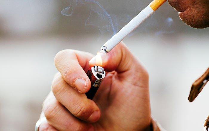 Zahnstein durch Rauchen: Zigaretten fördern Zahnsteinbildung und Verfärbungen
