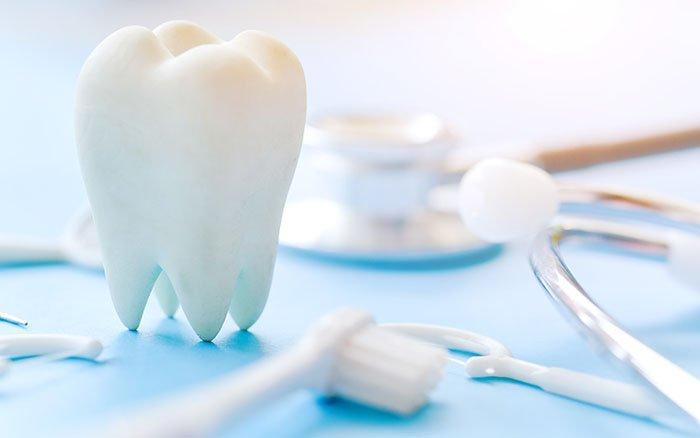 Zahnstein entfernen - 7 Methoden inklusive Vor- und Nachteilen